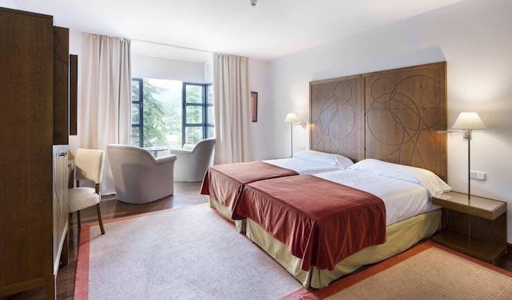 parador de limpias standard room, twin beds, modern decor