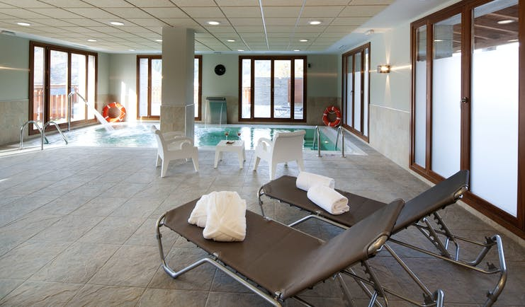 Parador de Villafranca del Bierzo indoor pool, loungers spa