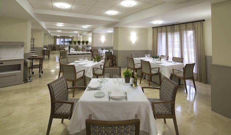 Parador de Villafranca del Bierzo restaurant, dining tables, chairs, modern decor