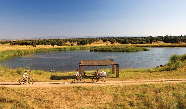Hotel Valdepalacios Heart of Spain women riding bicycles through the countryside