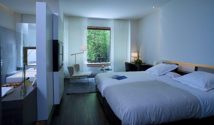 Parador de Alcala de Henares standard room, twin beds, modern decor