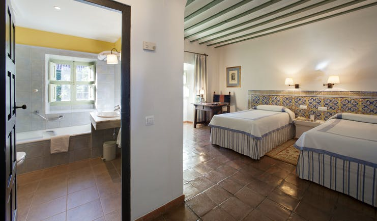 Parador de Almagro standard room, twin beds, en suite bathroom, traditional decor