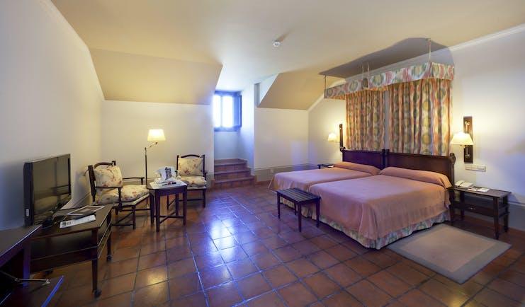Parador de Lerma standard room, twin beds, traditional decor