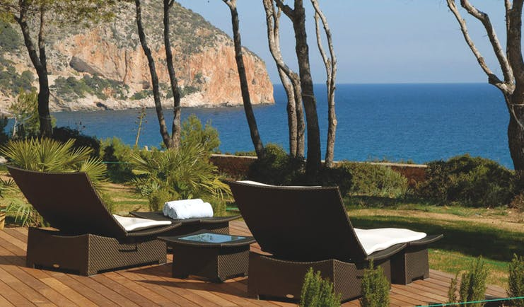 Hotel can Simoneta Mallorca terrace loungers overlooking the sea