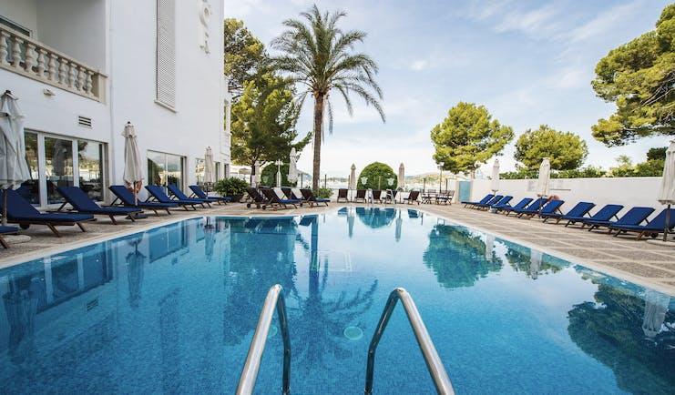 Hotel Illa d'Or Mallorca pool sun loungers palm trees
