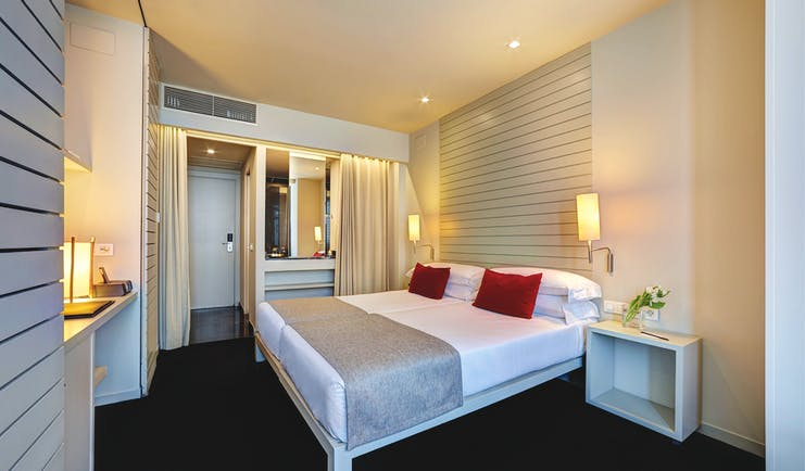 Hotel Miro Bilbao urban double room bed en suite bathroom modern décor