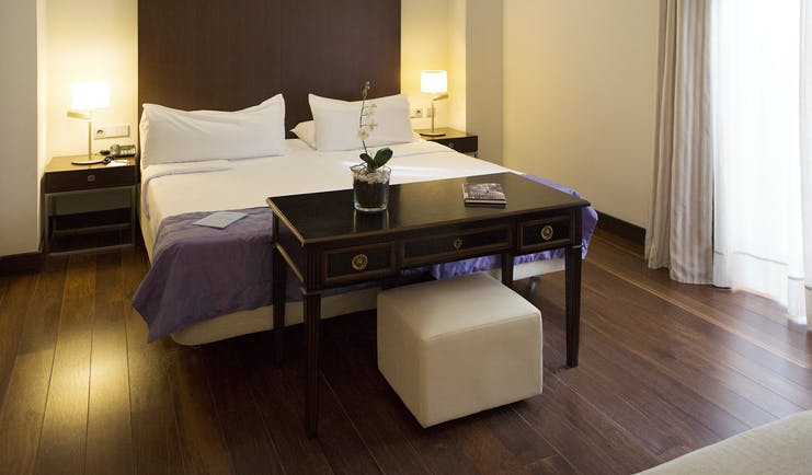 Hospes Amerigo Alicante dreamer room with dark wooden floor and white walls