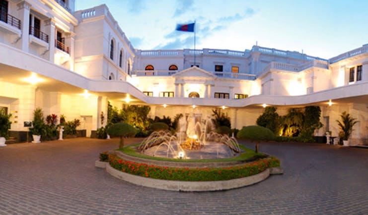 Mount Lavinia Hotel Sri Lanka courtyard panorama white hotel courtyard cobbles fountain