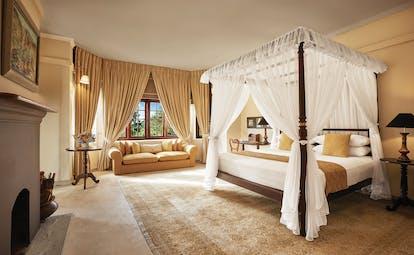 Jetwing Warwick Gardens master room, canopied bed, sofa, elegant moderrn decor