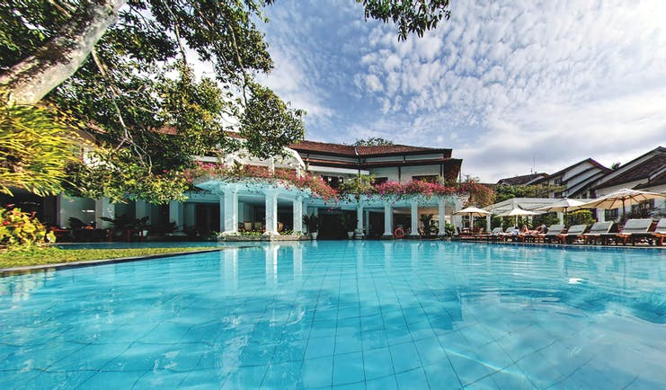 Mahaweli Reach Hotel pool, sun loungers, umbrellas